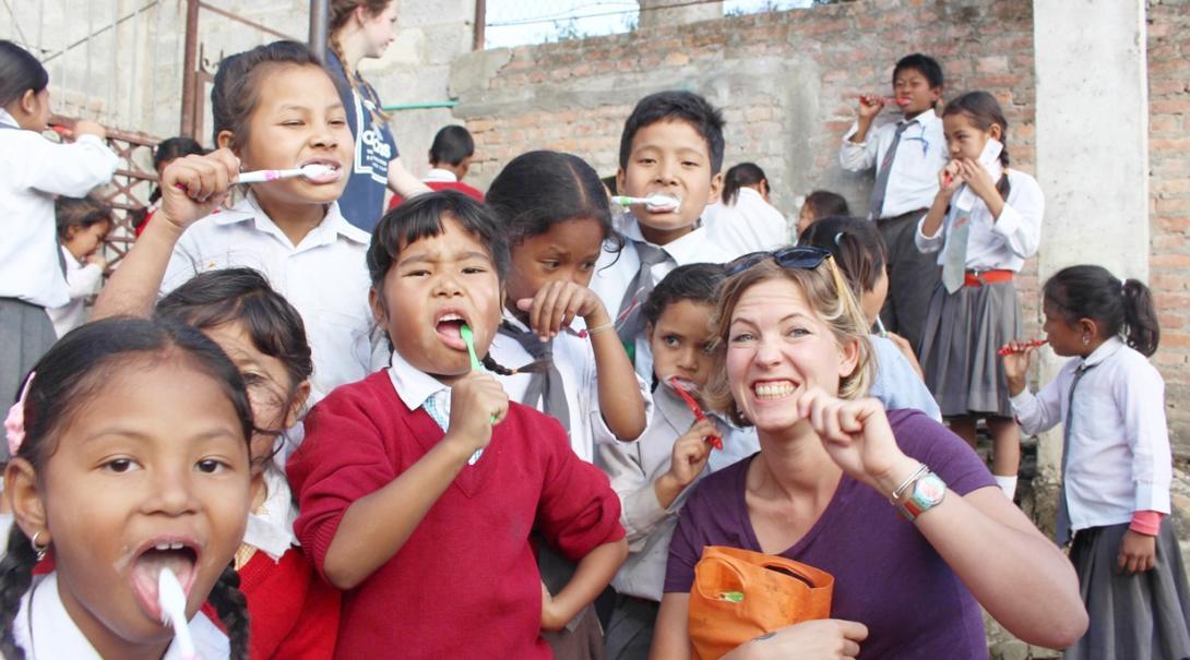ネパールの子供たちに歯磨き指導を行う看護師インターン